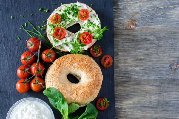 Bagel with Vegan Cream Cheese and Tomatoes